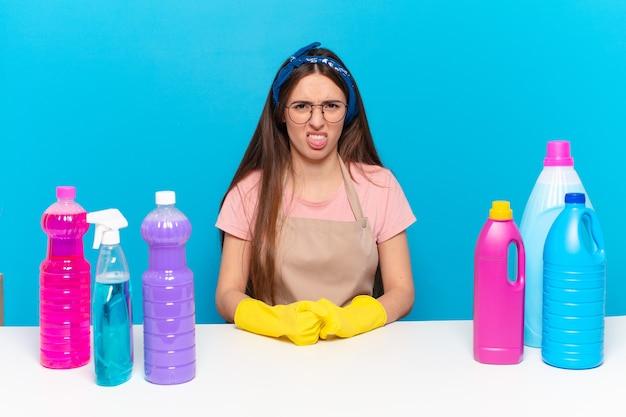 若いかわいい家政婦は嫌悪感とイライラを感じ、舌を突き出し、厄介で厄介なものを嫌います