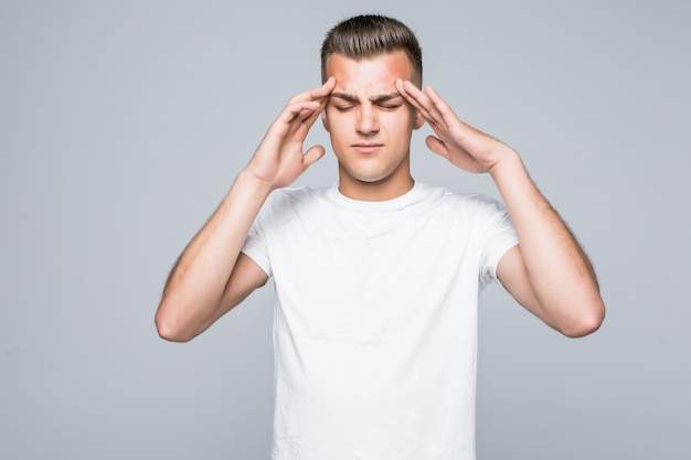 白で隔離の白いtシャツの若いきれいな男は考えている、痛みの概念
