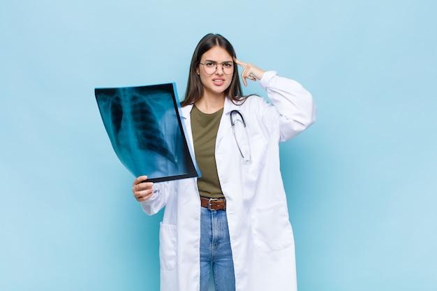 Молодой симпатичный врач с сканированием костей
