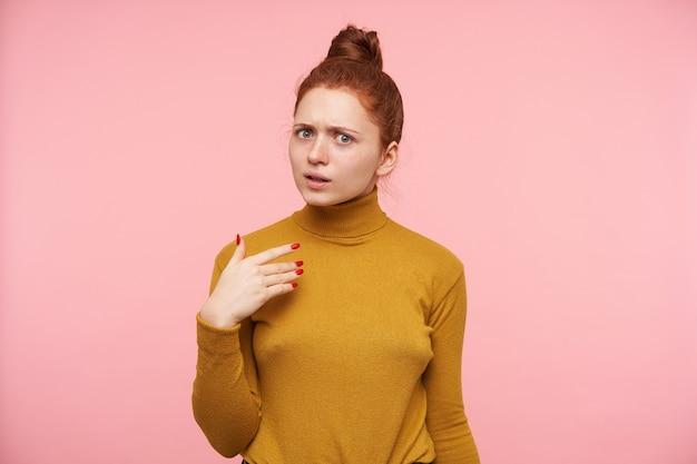 Молодая красивая рыжая женщина с изолированной прической булочки
