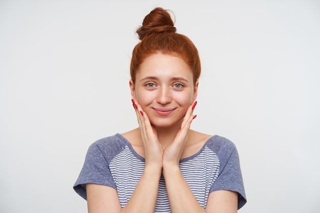 고립 된 롤빵 헤어 스타일으로 젊은 예쁜 빨강 머리 여성