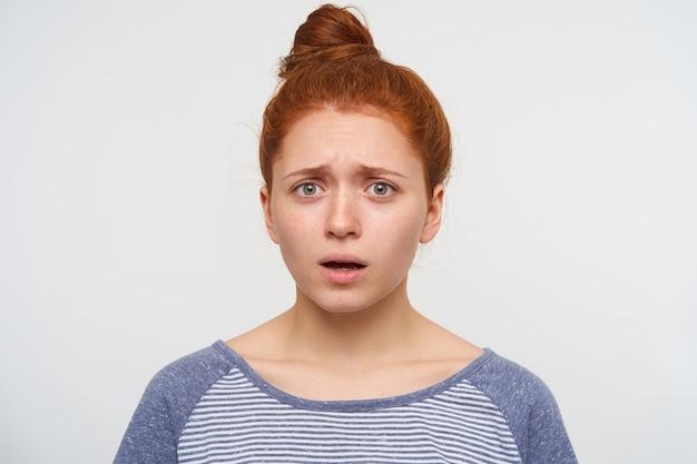 お団子の髪型が分離された若いかわいい赤毛の女性