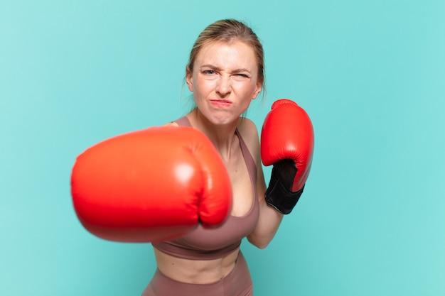 젊은 예쁜 스포츠 여자 화가 식과 권투