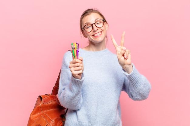 Молодая красивая женщина студента празднует успешную победу