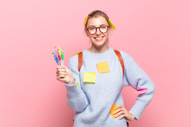 젊은 예쁜 학생 여자 행복한 표정