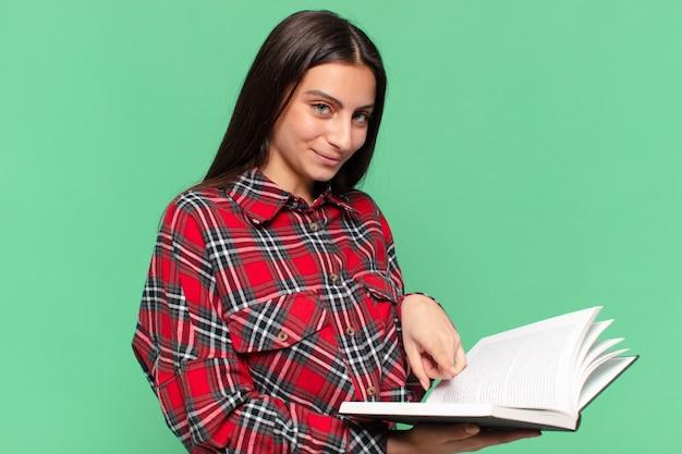 Молодая симпатичная девушка-подросток. счастливое и удивленное выражение. студенческая концепция
