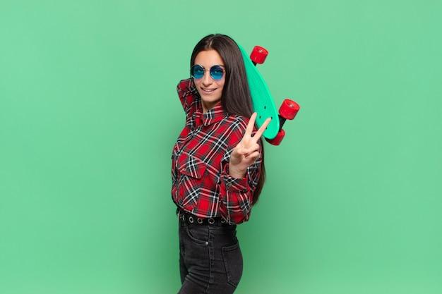 スケートボードで若いかわいいティーンエイジャーの女の子