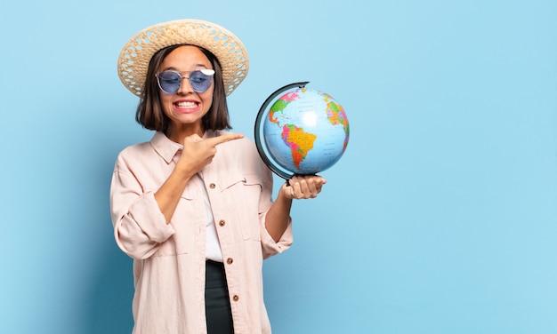 세계 세계지도 함께 젊은 예쁜 여행자 여자. 여행 또는 휴일 개념