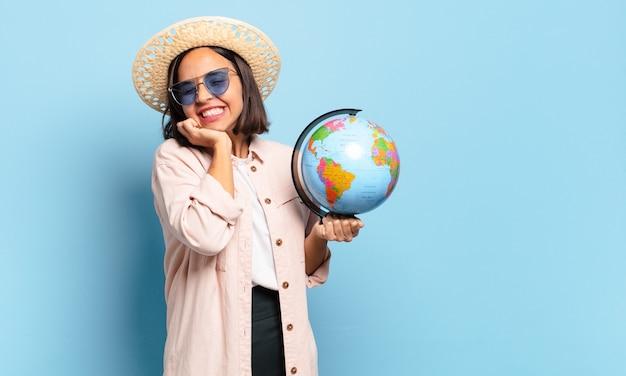 Молодая женщина довольно путешественник с картой земного шара мира. концепция путешествия или отпуска