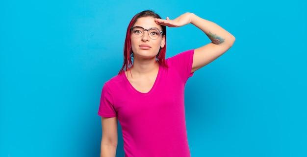 격리 된 벽에 젊은 예쁜 여자 프리미엄 사진