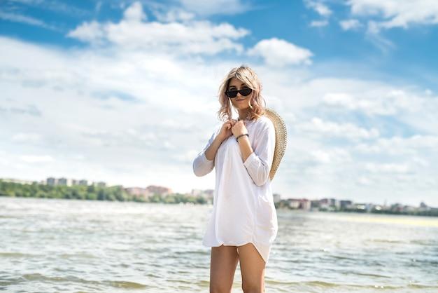 해변에서 멀리 걷고 혼자 젊은 예쁜 여자, 자유, 화창한 날을 즐길 수
