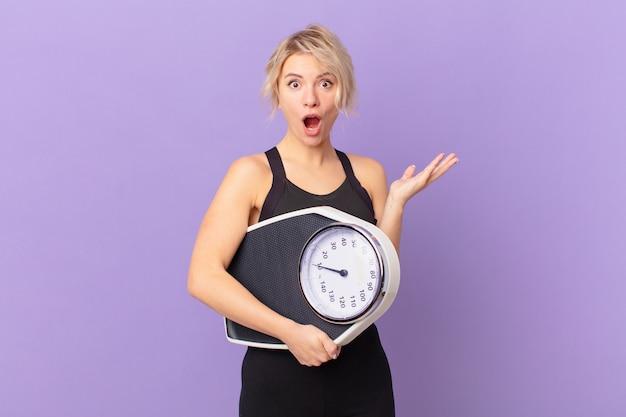 젊은 예쁜 여자는 믿을 수 없는 놀라움으로 놀랐고, 충격을 받았고, 놀랐습니다. 다이어트 개념