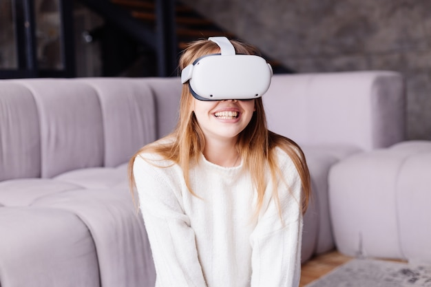 Молодая красивая женщина дома играет в vr-игры в очках виртуальной реальности