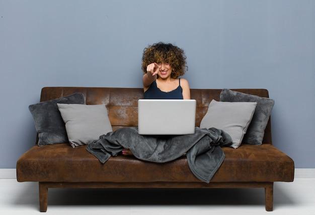 집에서 노트북으로 소파에 앉아 젊은 예쁜 여자
