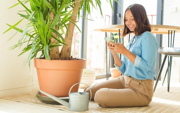 식물 집에서 젊은 예쁜 여자