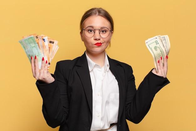 Молодая красивая женщина смутила понятие денег выражения
