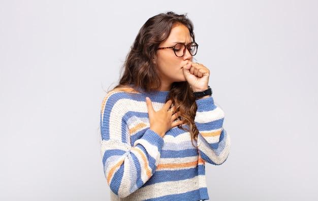 Молодая красивая женщина кашляет
