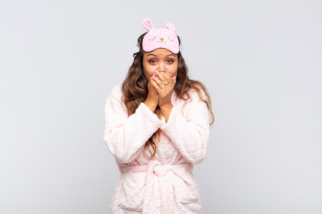 ショックを受けた驚きの表情で口を手で覆ったり、秘密を守ったり、パジャマを着ておっと