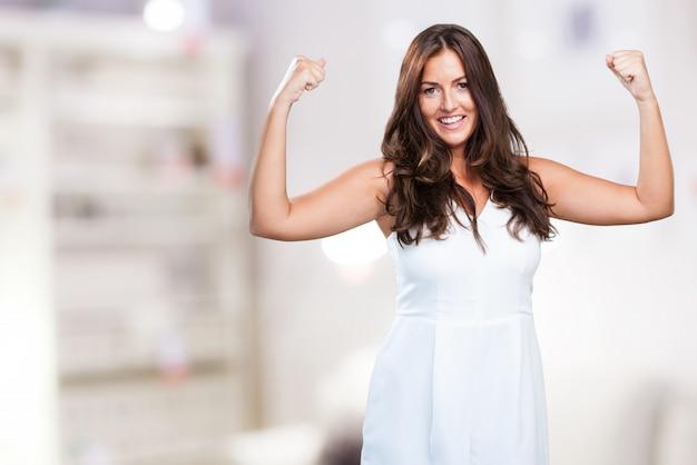 Молодая красивая женщина делает сильный жест