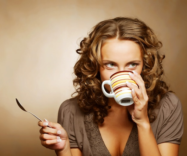 コーヒーを飲む若いきれいな女性