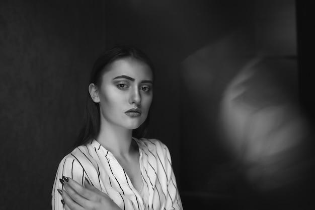 젊은 예쁜 여자는 외로움과 슬픔을 경험합니다