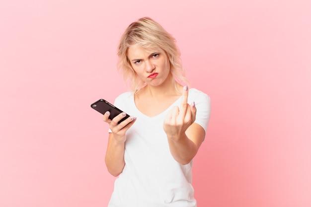 Молодая красивая женщина чувствует себя сердитой, раздраженной, мятежной и агрессивной. концепция клетки