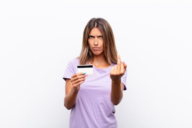 怒っている、イライラする、反抗的で攻撃的な感じの若いきれいな女性、中指を弾く、クレジットカードで反撃