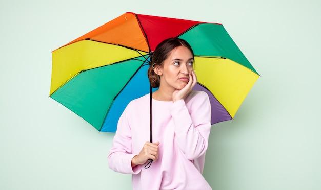 Молодая красивая женщина чувствует себя скучающей, расстроенной и сонной после утомительного. зонтик концепция