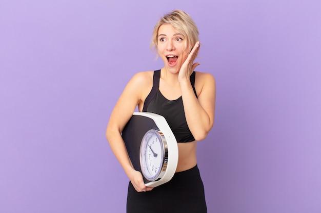 Молодая красивая женщина чувствует себя счастливой, взволнованной и удивленной. концепция диеты