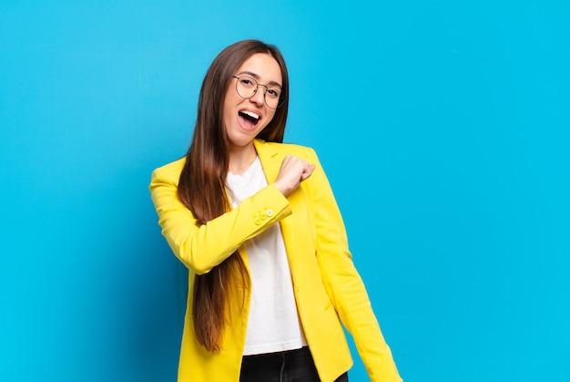 도전에 직면하거나 좋은 결과를 축하 할 때 행복하고 긍정적이며 성공하고 동기 부여 된 젊은 예쁜 여자