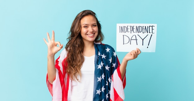 幸せを感じて、大丈夫ジェスチャー独立記念日の概念で承認を示す若いきれいな女性