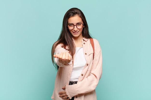 행복하고, 성공하고, 자신감이 넘치고, 도전에 직면하고 그것을 가져라라고 말하는 젊은 예쁜 여자! 또는 당신을 환영합니다. 학생 개념