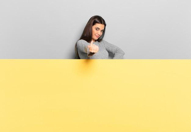Молодая красивая женщина чувствует себя счастливой, успешной и уверенной в себе, сталкивается с проблемой и говорит: давай, давай!