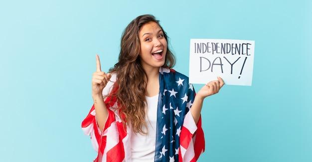 アイデア独立記念日のコンセプトを実現した後、幸せで興奮した天才のように感じる若いきれいな女性