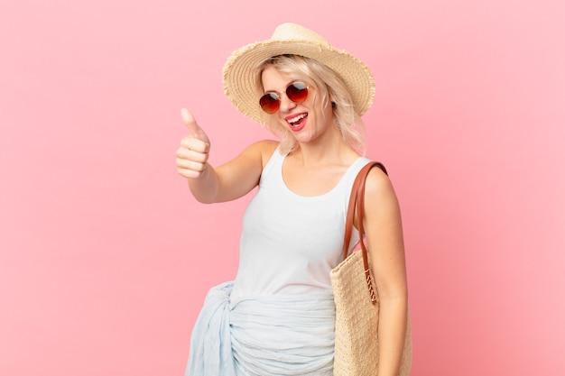 親指を立てて前向きに笑って、誇りを感じている若いきれいな女性。夏の観光コンセプト