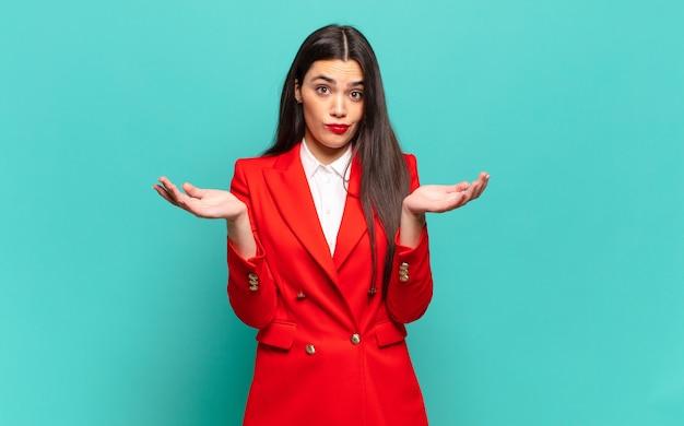 困惑して混乱していると感じている若いきれいな女性は、面白い表現でさまざまなオプションを疑ったり、重み付けしたり、選択したりします。ビジネスコンセプト