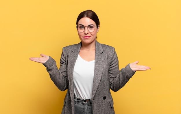 困惑して混乱している、疑っている、重みを付けている、または面白い表現でさまざまなオプションを選択している若いきれいな女性