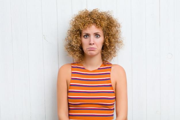 Молодая симпатичная женщина чувствует грусть и стресс, расстроена из-за плохого сюрприза, с негативным, тревожным взглядом