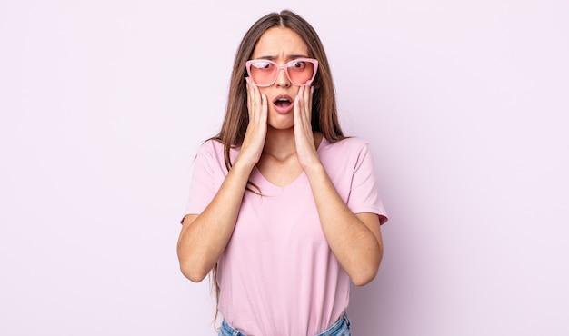 충격과 무서움을 느끼는 젊은 예쁜 여자. 핑크 선글라스 컨셉