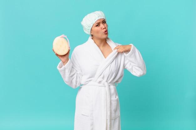 Молодая красивая женщина чувствует стресс, тревогу, усталость и разочарование и носит банный халат после душа
