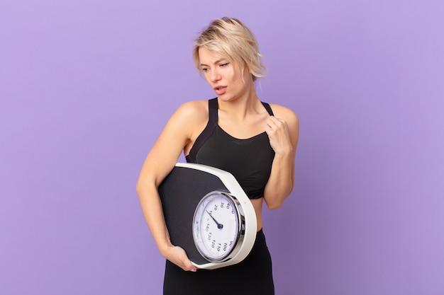 ストレス、不安、倦怠感、欲求不満を感じている若いきれいな女性。ダイエットの概念