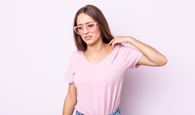 Молодая красивая женщина чувствует себя подчеркнутой, взволнованной, усталой и разочарованной. концепция розовых солнцезащитных очков