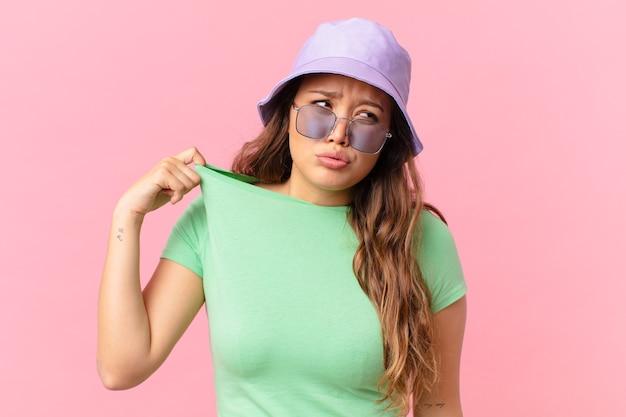 ストレス、不安、倦怠感、欲求不満を感じている若いきれいな女性。夏のコンセプト