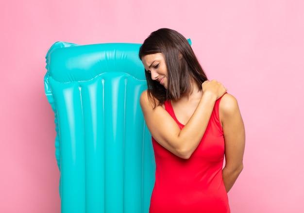 Молодая красивая женщина чувствует усталость, стресс, тревогу, разочарование и депрессию, страдает от боли в спине или шее