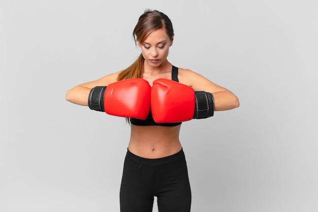 젊은 예쁜 여자 피트니스 및 권투 개념