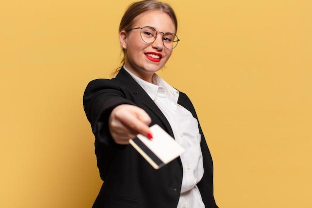 젊은 예쁜 여자. 행복하고 놀란 표정. 신용 카드 개념