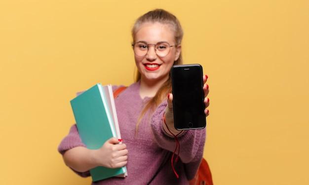 若いきれいな女性。幸せで驚きの表情。学生の概念