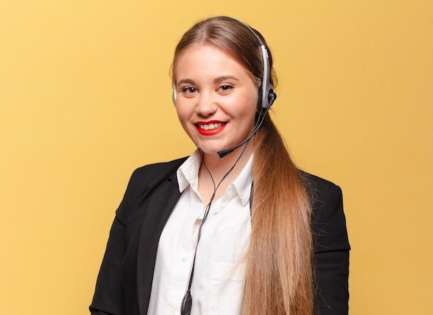 Молодая красивая женщина. счастливое и удивленное выражение. концепция телемаркетинга