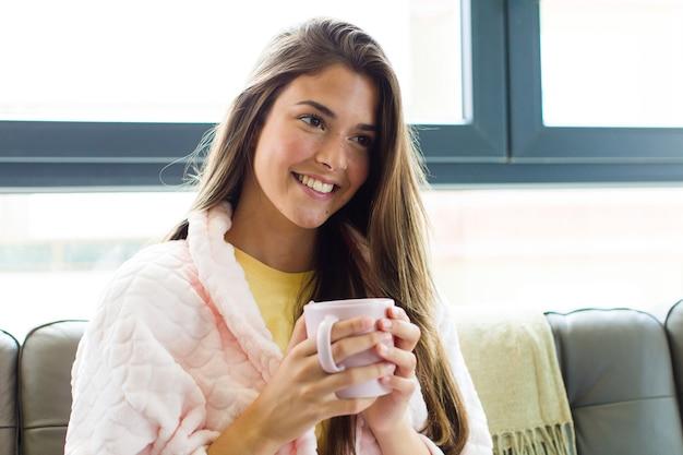 家で朝食をとっている若いきれいな女性