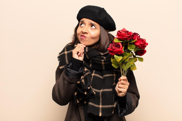 バラの花束を持っている若いきれいな女性